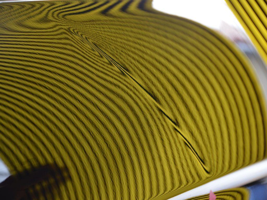 メルセデスベンツC63クーペのリアフェンダーデントリペア前②リフレクターボードで確認