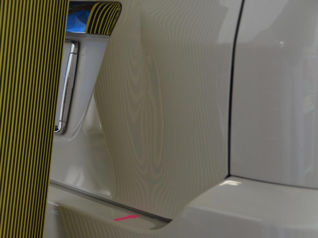 VOXYバックドアのビッグデント修理前・下側基準を映して確認