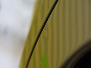 デミオ リアフェンダーデントリペア前・リフレクターボードで確認