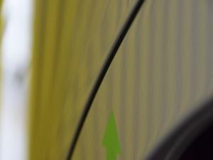 デミオ リアフェンダーデントリペア後・リフレクターボードで確認
