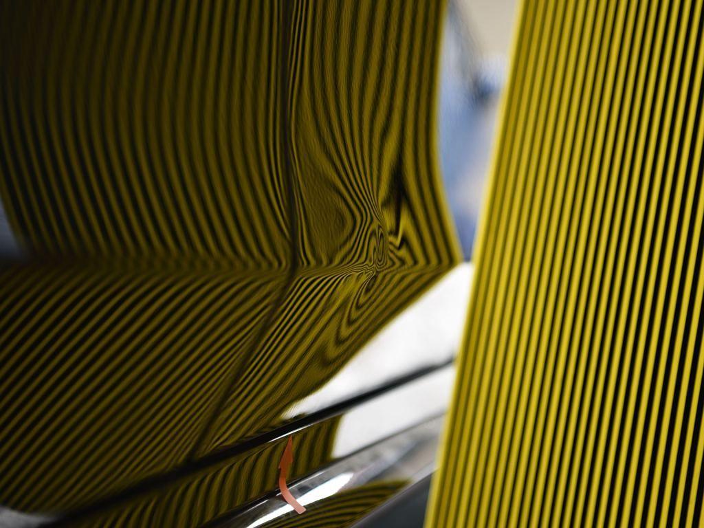 S550アルミドアパネルのプレスラインのデントリペア前 リフレクターボードで確認
