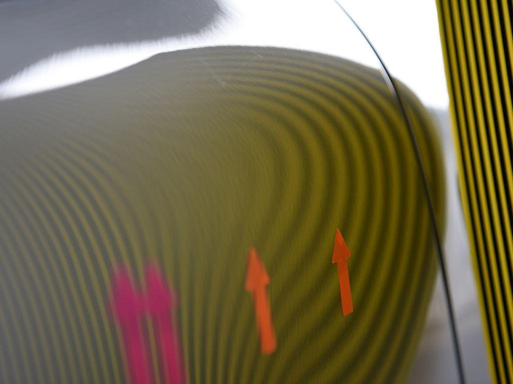 ポルシェ991 リアフェンダーのデントリペア後 ラインボードで確認
