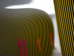 ポルシェ991 リアフェンダーのデントリペア前 リフレクターボードで確認