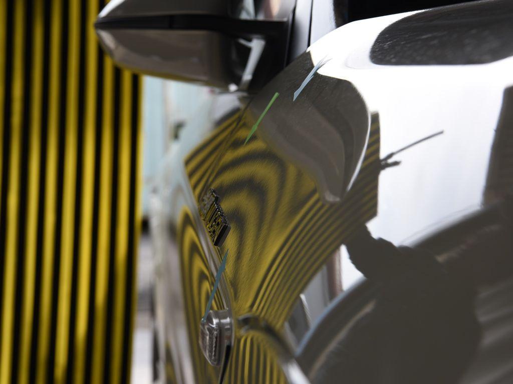 S660 右フロントフェンダーのわずかな違和感を デントリペア前 リフレクターボードで確認