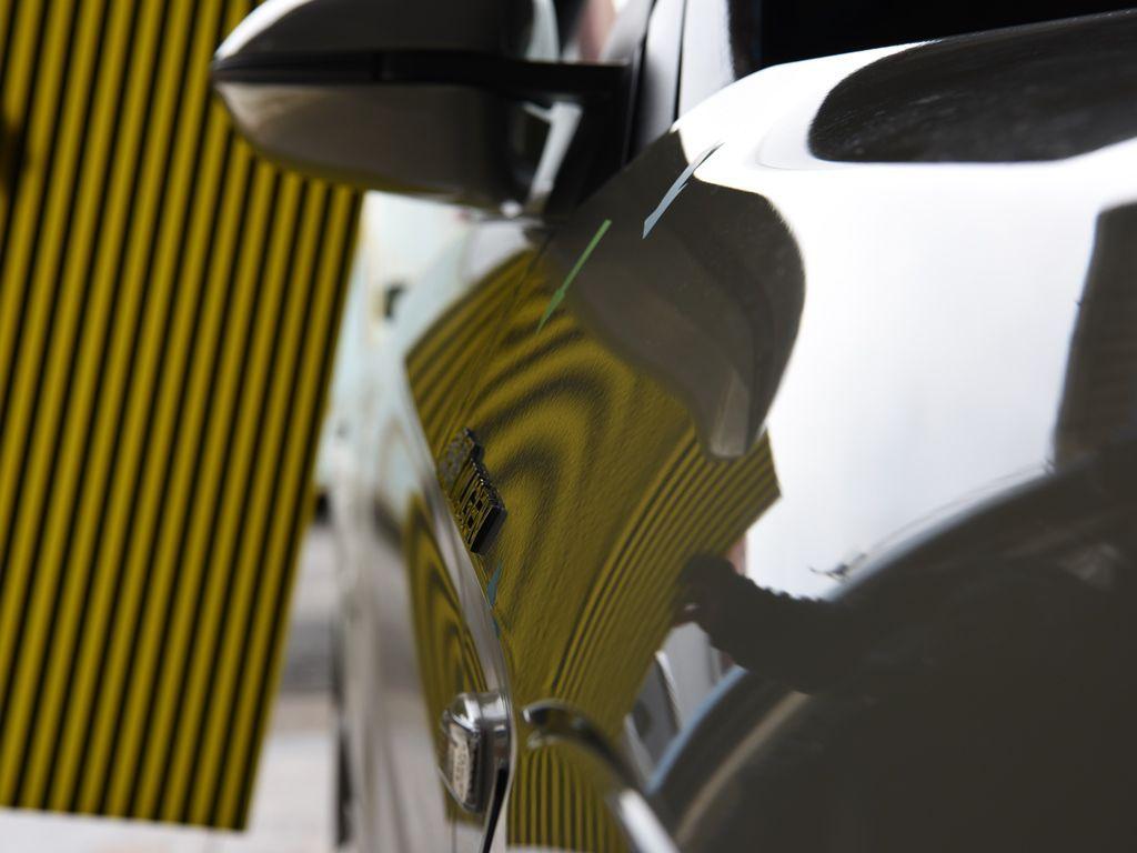 S660 右フロントフェンダーのわずかな違和感を デントリペア後 ラインボードで確認