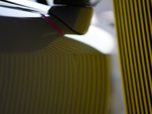IS300h 右フロントドア デントリペア前 リフレクターボードで確認