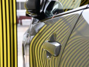 プリウスPHV ドアのデントリペア上側 修理後 大きいリフレクターボードで確認