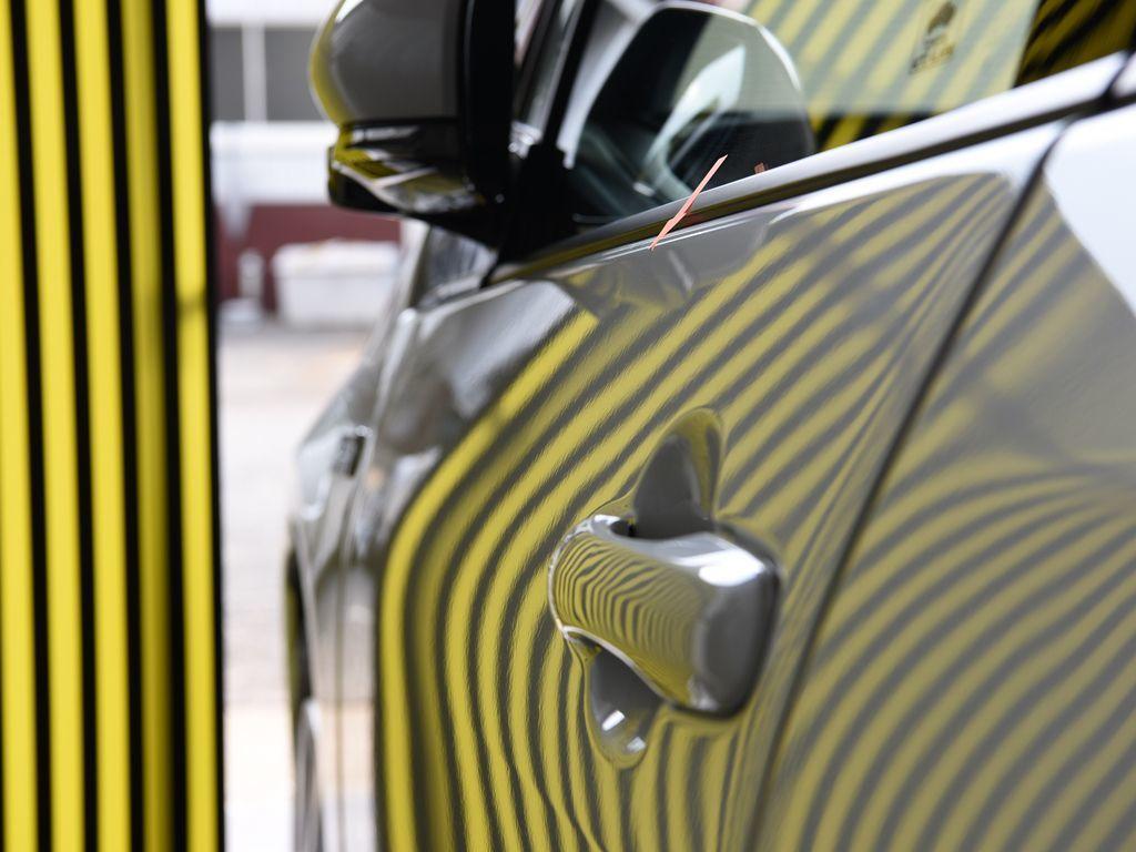 プリウスPHV ドアのデントリペア上側 修理後 大きいラインボードで確認