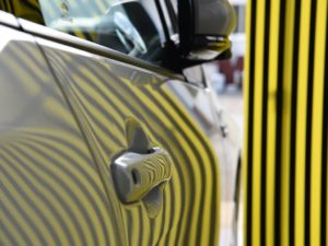 プリウスPHV 運転席側のドア 大きいリフレクターボードで確認