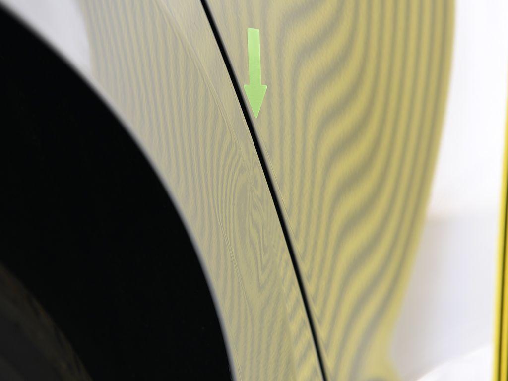 フォルクスワーゲン ゴルフ 右リアフェンダーアーチ デントリペア前 リフレクターボードで確認