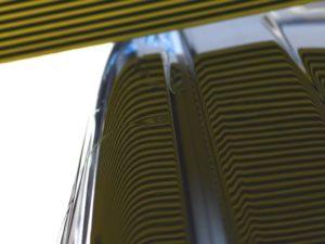 ハスラー ピラーのデントリペア前 リフレクターボードで確認