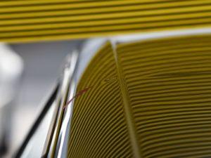 アウディ A3 ピラーのデントリペア前 リフレクターボードで確認