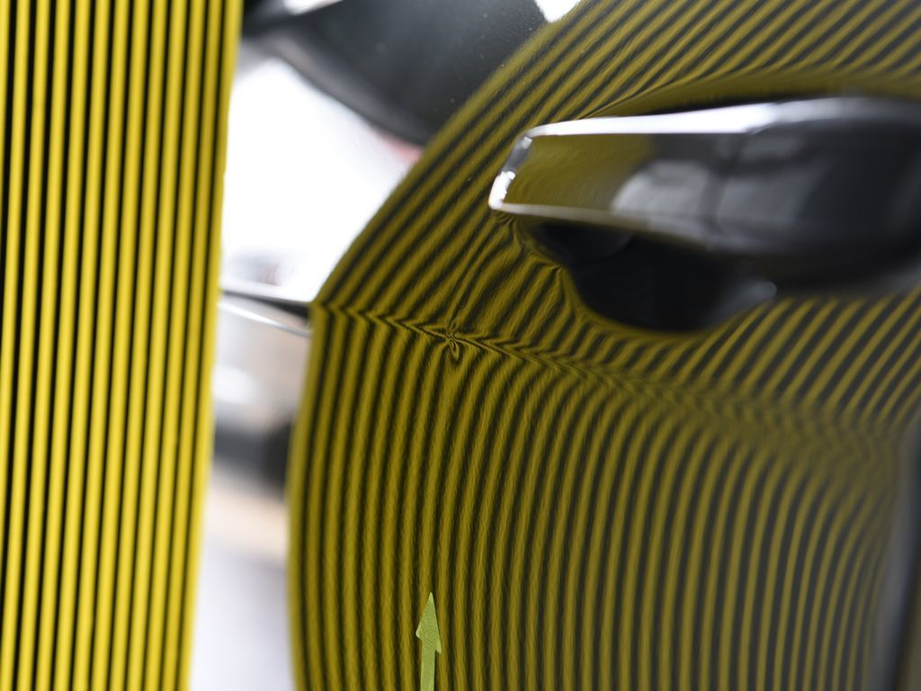ゴルフ 左フロントドアプレスラインのデントリペアの再修理前 ラインボードでの確認