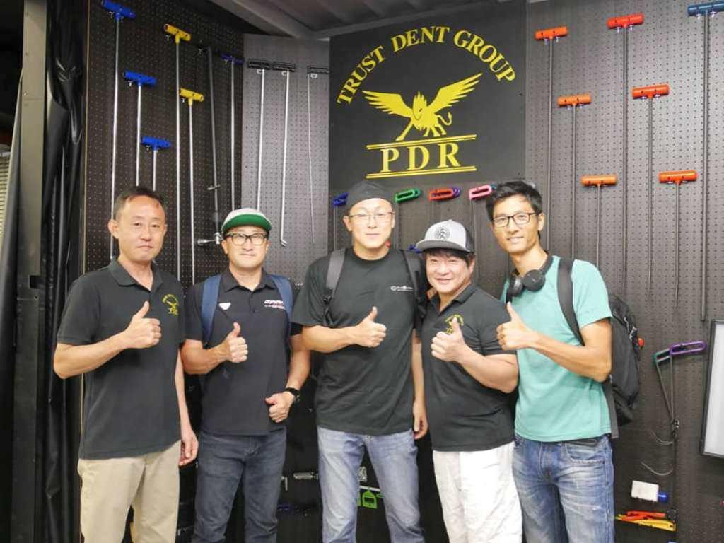 韓国のデントリペア技術者と記念撮影