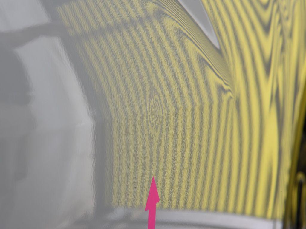 エクリプスクロス 右フロントドアのデントリペア前 ラインボードでの確認