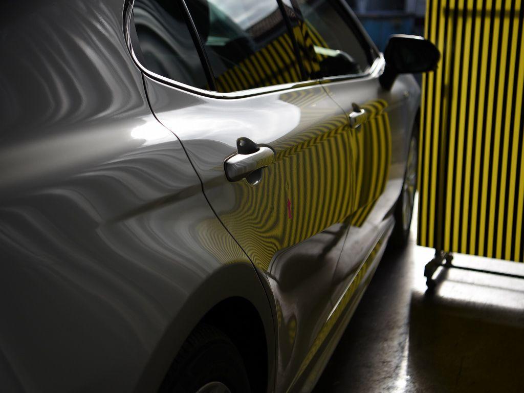 トヨタ カムリ 右リアドア ラインボードでデントリペアの確認方法