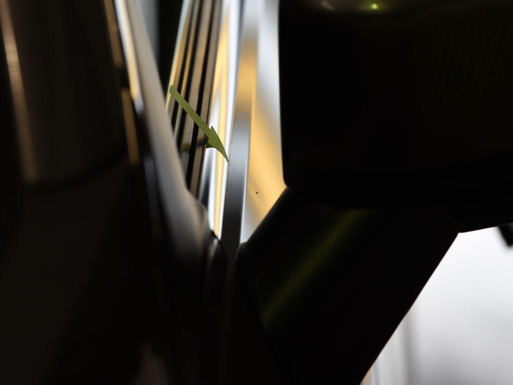 エクリプスクロス 左フロントドアのデントリペア前 ライトの光で確認
