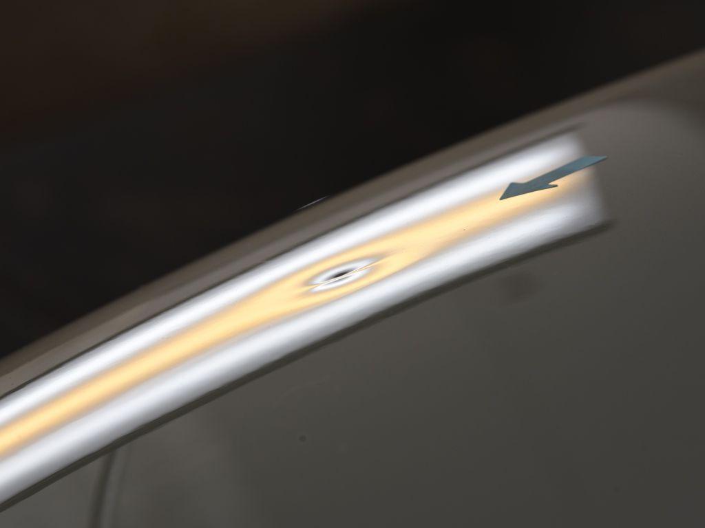 ゴルフ ボンネットのデントリペア前 斜め後方からライトの光で確認