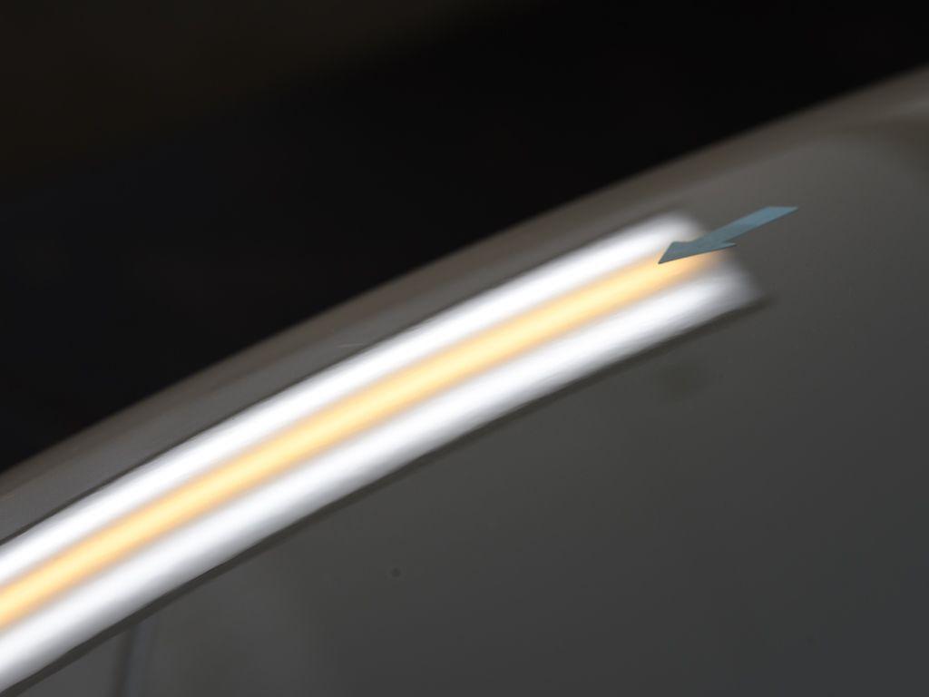 ゴルフ ボンネットのデントリペア後 斜め後方からライトの光で確認