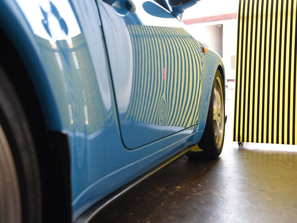 ポルシェ911-993 右ドアのヘコミをラインボードで確認
