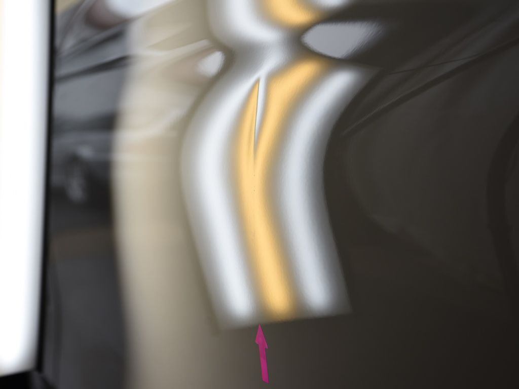 BMW435iクーペ 左ドアのデントリペア前 ライトの光で確認