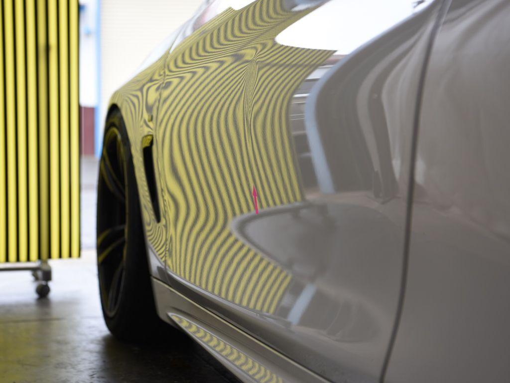 BMW435iクーペ 左ドアのヘコミをラインボードで確認