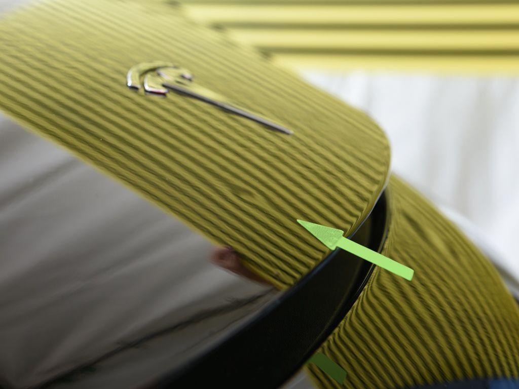 テスラ モデル3 ボンネットのデントリペア前 ラインボードで確認